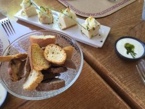 Pastel de rape y sus panecillos para acompañar, con crema de queso