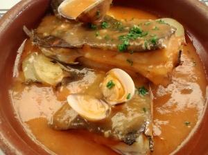 Rodaballo con almejas y salsa de marisco